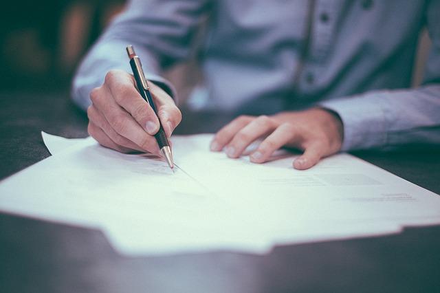 Assuré qui signe un contrat d'assurance