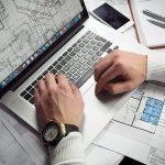 Architecte devant son ordinateur