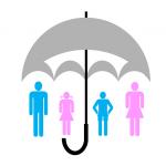 Famille protégée sous un parapluie