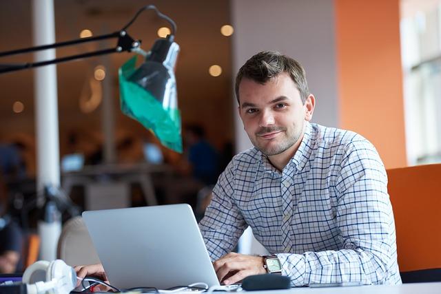 Informaticien indépendant à son bureau