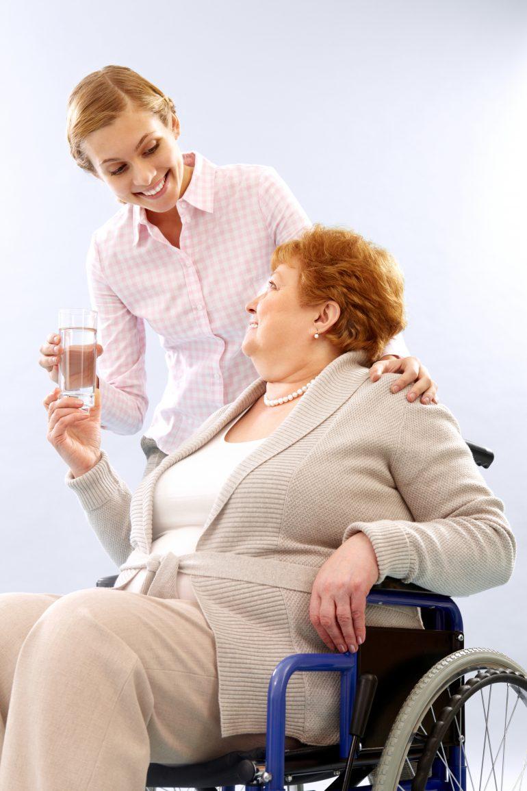 Une aide soignante prend soin d'un senior