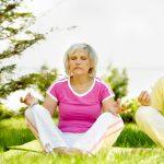 Couple de seniors pendant une séance de yoga