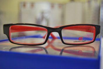 Paire de lunettes rouges sur une table