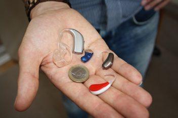 Appareil auditif dans une main