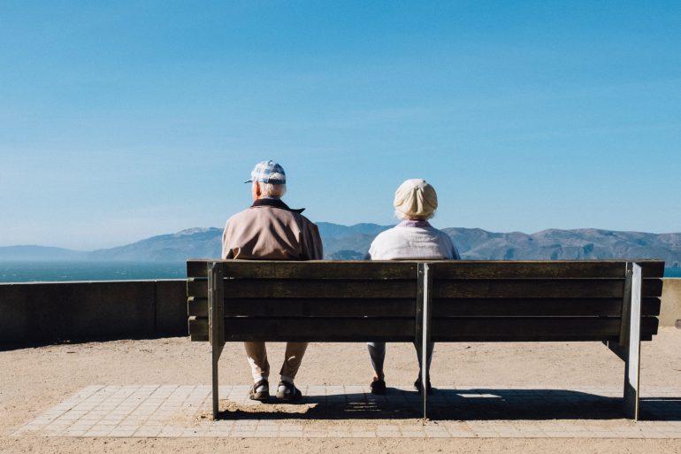 Couple de seniors sur un banc
